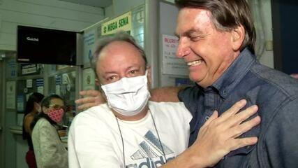 Bolsonaro caminha pelo Centro de Resende e causa aglomeração