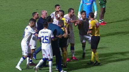 Mano Menezes, técnico do Bahia, recebe o vermelho após o apito final