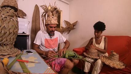Conheça a história do artesão Rei da Palha, que transforma palha de árvores em arte