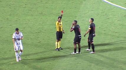 Expulso! Carlos Eduardo não alcança a bola no carrinho e, na sequência, Willian Maranhão dá um tapa no rosto do jogador do Athletico, aos 18 do 1º