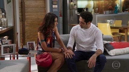 Carmela (Chandelly Braz) aparece de surpresa na casa de Beto (João Baldasserini) - 'Haja Coração'