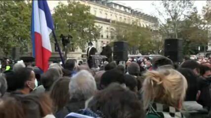 Manifestantes homenageiam professor decapitado em Paris