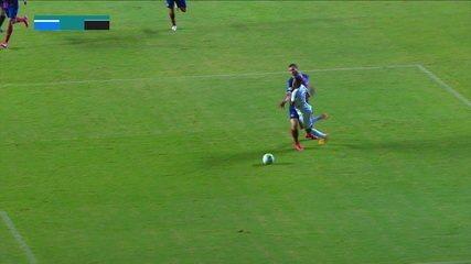 Keno cai na área, Atlético pede pênalti, e juiz nada marca, aos 32 do 1º tempo