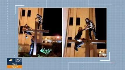 Polícia investiga jovens que subiram em cruz em São Bento do Sul