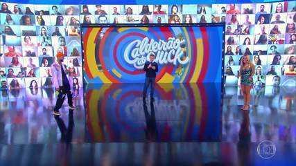 Anitta canta seus sucessos no palco do Caldeirão
