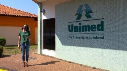 Débora Meneses visita o Hospital Unimed Bauru, que conta com robô que auxilia cirurgias