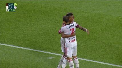 Gol do Flamengo! Bruno Henrique aproveita o rebote na pequena área e faz, aos 19 do 1ºT