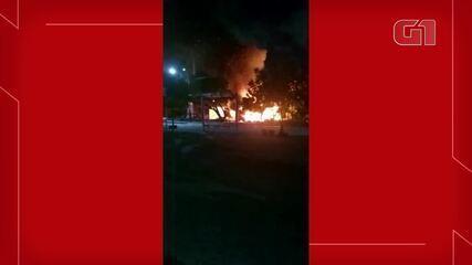 Um grupo ateou fogo contra um carro e a borracharia na madrugada desta sexta-feira (30).