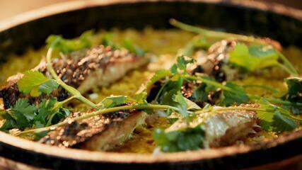 Peixe assado com arroz cremoso de curry
