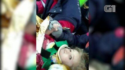 Veja o momento em que Menina de 3 anos é regatada com vida após 65 horas soterrada