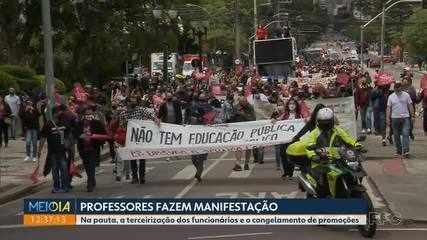 Professores fazem manifestação no centro de Curitiba