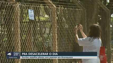 Escritor espalha placas com poemas em Araraquara