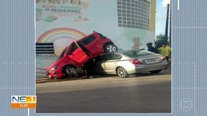 Carros de esposa e marido colidem e atingem muro de escola em Olinda