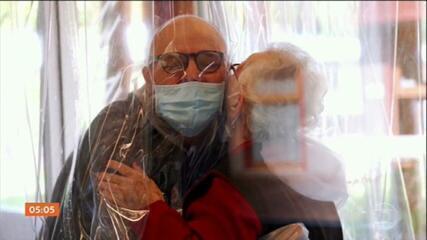 Casa de Saúde na Itália monta 'sala de abraços' para levar carinho aos idosos