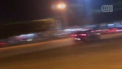 Carro desgovernado invade barraca de lanches e atropela moradores de Ariquemes, RO