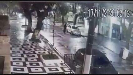 Homem desconhecido é flagrado por câmeras de segurança destruindo carro estacionado
