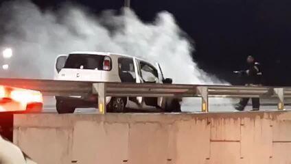 Carro pega fogo em viaduto na BR-101, em Parnamirim