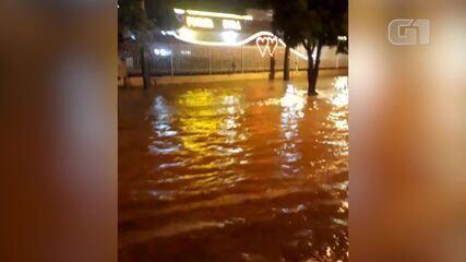 Avenida Centenário fica alagada após forte chuva em Teresina