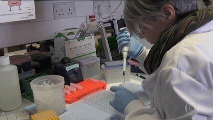 Universidade de Oxford diz que vacina feita com a AstraZeneca mostra 70% de eficácia