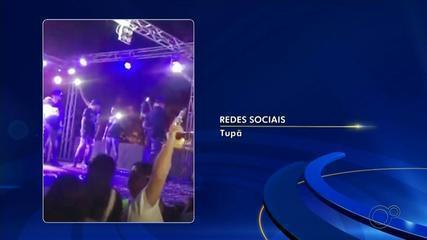 Vídeo registra rapaz com arma em aglomeração de festa no interior de SP