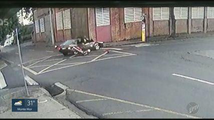 Câmeras flagram batida entre carro e moto em cruzamento de Piracicaba
