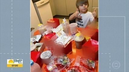 Menino de 3 anos pega celular da mãe e faz 'festa' de R$ 400 em sanduíches e milk shakes