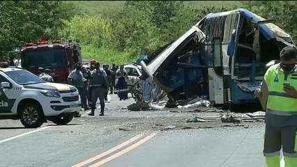 Acidente grave entre caminhão e ônibus deixa ao menos 40 mortos no interior de SP