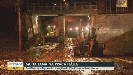 Lama após chuva em São Carlos interdita acesso na Praça Itália