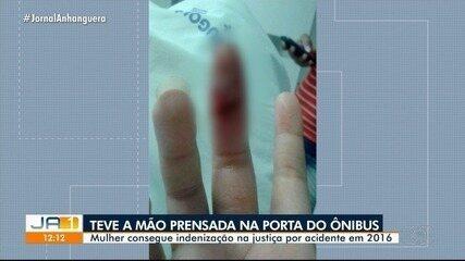 Mulher será indenizada após ficar com a mão presa em porta de ônibus em Goiânia