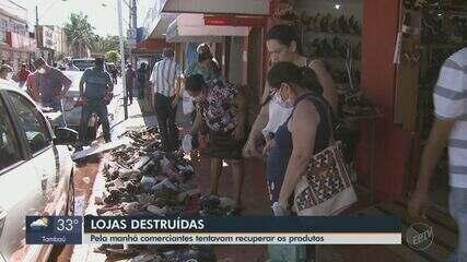 Comerciantes de São Carlos tentam recuperar produtos após lojas serem destruídas