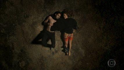 Beto tenta beijar Tancinha e os dois passam a noite observando as estrelas