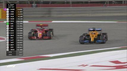 Leclerc é ultrapassado por Sainz e, em seguida, por Ricciardo