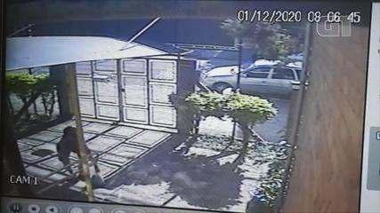 Imagens mostram homem jogando sacola de cabelos para doação roubado em assalto