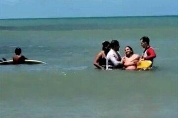 Salva-vidas resgatam mãe e filha de afogamento em praia de Fortaleza.