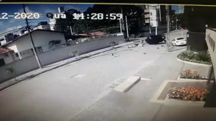 Motociclista é arremessado após atingir carro em cruzamento em Natal