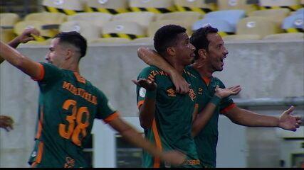 Gol do Fluminense! Marcos Paulo recebe na entrada da área, dribla o marcador e bate no cantinho, aos 29 do 2º tempo