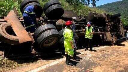 Motorista morre após caminhão tombar e interditar rodovia em Santa Maria da Serra