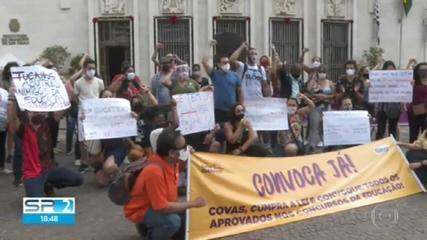 Professores aprovados no último concurso público cobram a convocação