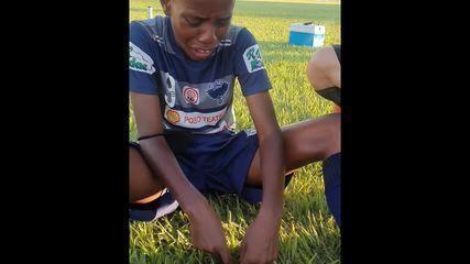 Garoto chora em competição de escolinhas e relata injúria racial durante jogo