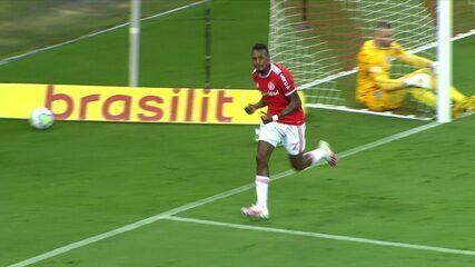 Gol do Internacional! Edenílson aproveita rebote de Weverton pra marcar, aos 10 do 1º