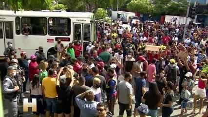 Multidão faz protesto no Centro de Manaus contra novo fechamento do comércio