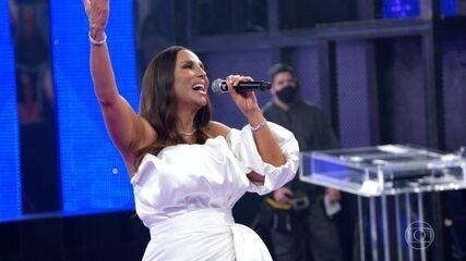 Ivete canta a capella 'Tempo de Alegria' enquanto revê momentos de sua carreira