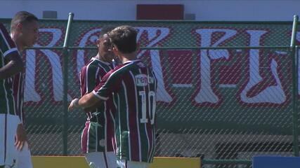 Gol do Fluminense! Gabriel Teixeira cobra falta de muito longe e marca, aos 14' do 1T