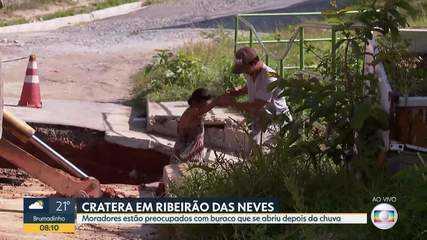 Moradores de Ribeirão das Neves reclamam de cratera em rua do bairro San Marino