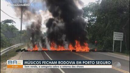 Músicos fazem protesto e interditam trecho da orla de Porto Seguro, no extremo sul