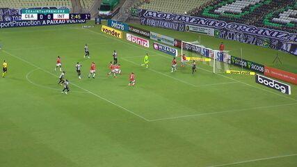Vina finaliza, e Víctor Cuesta defende de cabeça, na linha do gol, aos 2 do 1ºT