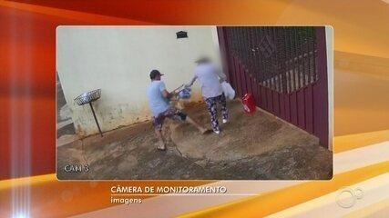 Ladrão derruba idosa ao puxar bolsa durante assalto em Cesário Lange