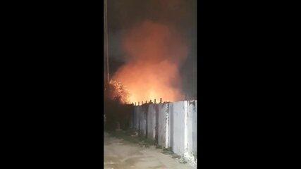Incêndio atinge área na Mangueira perto dos trilhos do Metrô do Recife