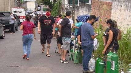 Em Manaus, as pessoas se aglomeram para tentar comprar cilindros de oxigênio