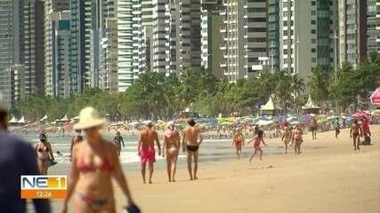 Com novas restrições em vigor, banhistas e comerciantes lotam praia de Boa Viagem